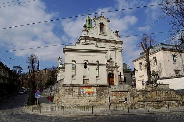 Костел Святого Антонія з вул. Личаківської. Справа - фрагмент парафіяльного будинку